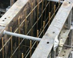 Стальные щиты опалубки и арматурный каркас для ленточного фундамента
