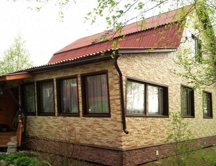 Дом, отделанный сайдигом под камень (нижняя часть - цокольный сайдинг)