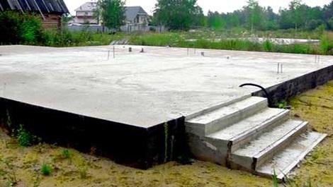 Готовый плиточный фундамент со ступеньками под дом