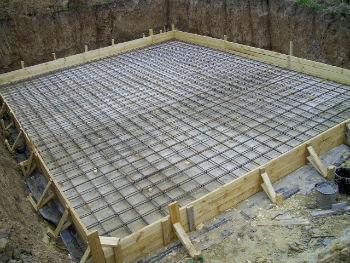 Нижняя арматурная сетка монолитной плиты, на самодельных деревянных подставках