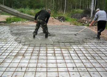 Выравнивание бетонного раствора при заливке опалубки монолитной плиты