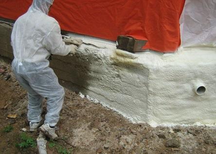 Напыление ППУ на стену фундамента