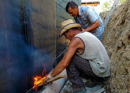 Наплавление рулонной гидроизоляции газовой горелкой