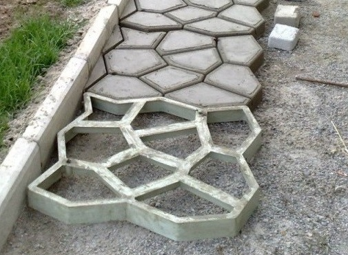 Применение опалубки для садовой дорожки