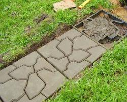 Пример использования заводской опалубки для садовых дорожек