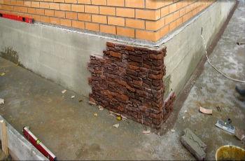 Укладка клинкерной плитки на наземную часть фундамента