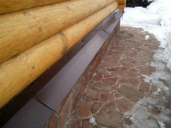 Оцинкованный отлив для фундамента на деревянном доме