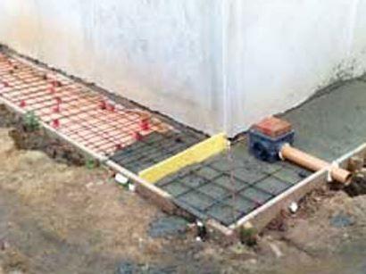 Заливка армированной отмостки бетоном