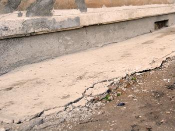 Разрушенная бетонная отмостка