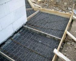 Подготовка и армирование под будущую отмостку из бетона