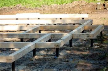 Свайный фундамент из стальных стержней и деревянного ростверка