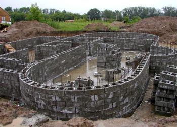 Сборка стен цоколя из бетонных пустотелых блоков
