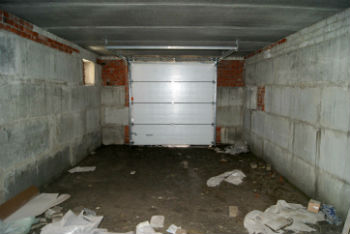 Пример создания гаражного пространства на цокольном этаже