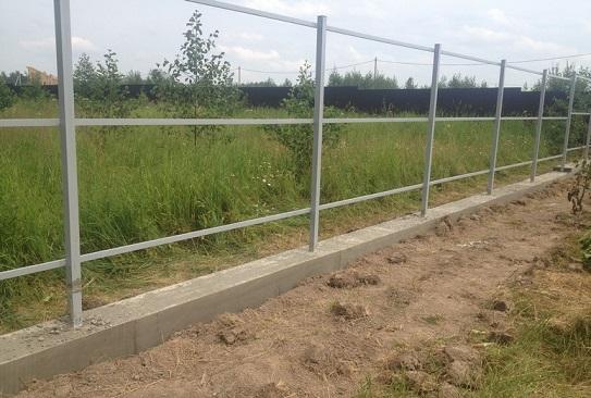 Готовый забор на ленточном фундаменте
