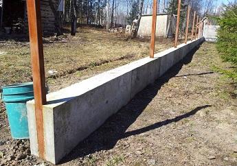 Готовый ленточный фундамент под забор из профнастила