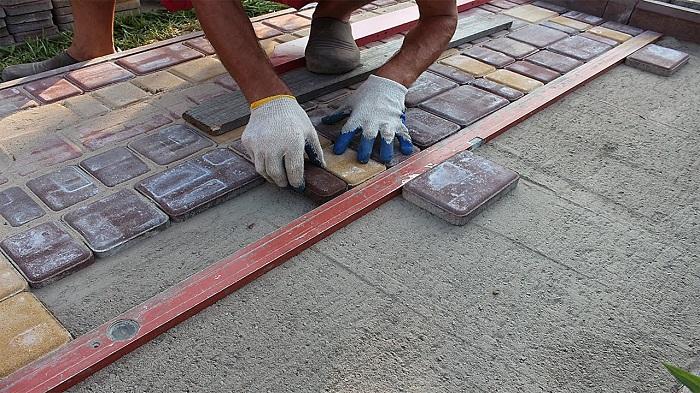 Обустройство отмостки из тротуарной плитки