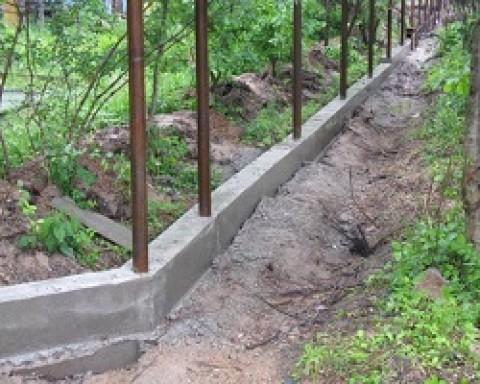 Как правильно делать ленточное основание под забор?