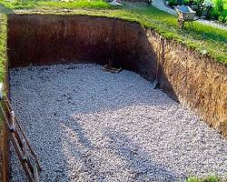 Готовый котлован под фундамент с подсыпкой из щебня