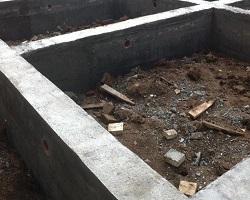 Готовый ленточный фундамент после снятия опалубки
