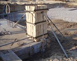 Собранная из досок опалубка для колонны