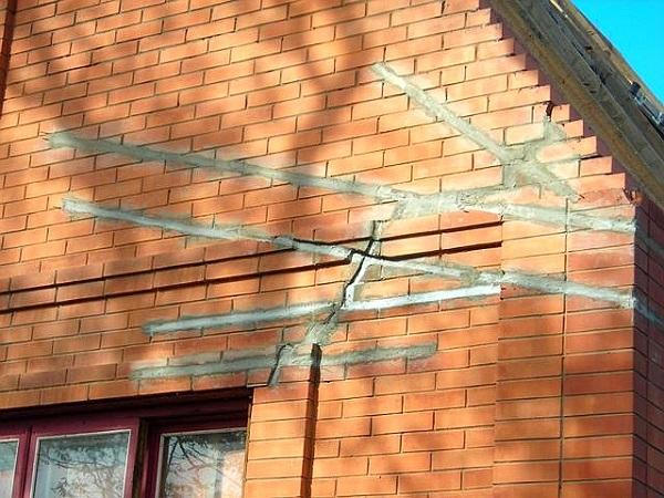 Отсутствие деформационных швов в фундаменте приводит к разрушению здания