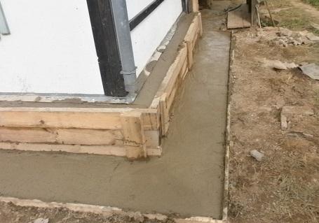 Заливка бетона для укрепления фундамента