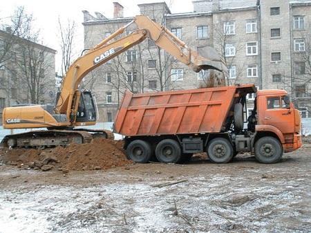 Выкопанная земля вывозится с участка