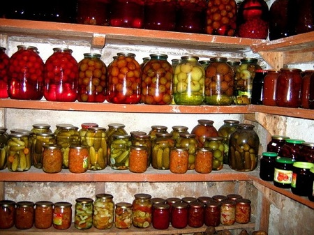 Подвал обычно используют для хранения консервации